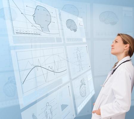 signos vitales: M�dico Mujer pensativa mirando una nueva tecnolog�a m�dica