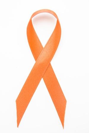 leucemia: Cinta anaranjada de la conciencia sobre fondo blanco