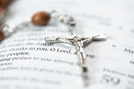 quaker: Crucifix resting on page of the open bible Stock Photo