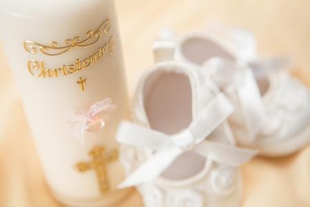 batismo: Vela de batismo e sapatinhos de beb Imagens