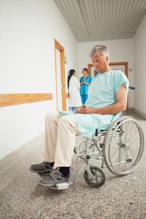 eyes closing: Paciente en una silla de ruedas de cierre de los ojos en el hospital Foto de archivo