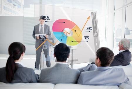 wykres kołowy: Ludzi biznesu słuchania i patrząc na kolorowe ciasto wykresu interfejs w spotkaniu Zdjęcie Seryjne