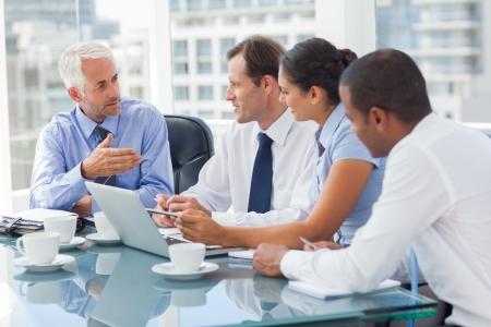 sala de reuniones: Grupo de empresarios de intercambio de ideas juntos en la sala de reuniones