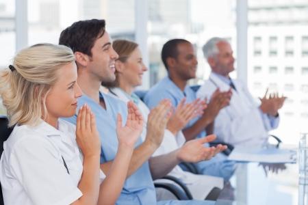 manos aplaudiendo: Equipo médico aplaudiendo durante una conferencia Foto de archivo