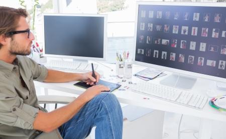 현대 사무실에서 책상에 편집 디지타이저를 사용하여 사진 편집기 스톡 콘텐츠
