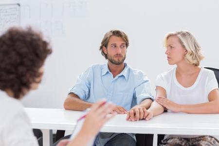 Paar sucht w�hrend Therapiesitzung als Therapeut zweifelhaft ist auf sie gestikulieren