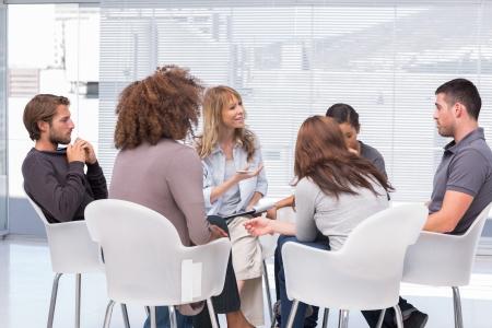 Gruppentherapie-Sitzung sitzen in einem Kreis