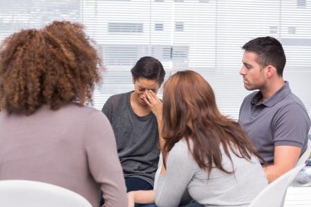 terapia de grupo: Paciente llorar durante la sesi�n de terapia de grupo