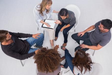 terapia de grupo: Terapeuta ayudar a un paciente durante la sesi�n de terapia de grupo