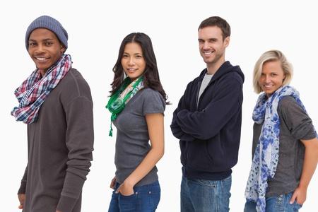 casual hooded top: Los j�venes con estilo en una fila sonriendo en el fondo blanco