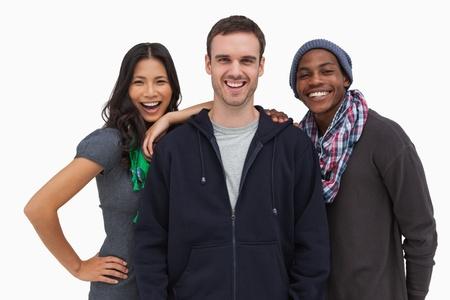 casual hooded top: J�venes amigos con estilo sonriendo a la c�mara sobre fondo blanco