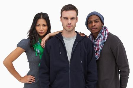 casual hooded top: J�venes amigos de moda mirando a la c�mara sobre fondo blanco