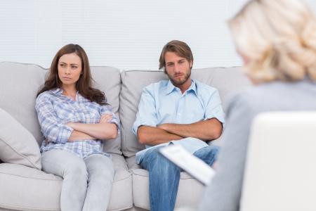 relation: Jeune couple en passant par le traitement et l'écoute de la thérapeute Banque d'images