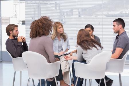 セラピストで円に座ってセッションにおける集団療法 写真素材