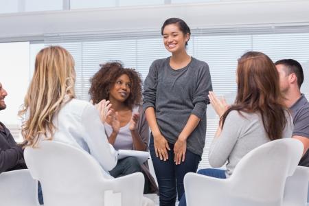 terapia de grupo: El paciente tiene un gran avance en la terapia de grupo y todo el mundo está aplaudiendo su