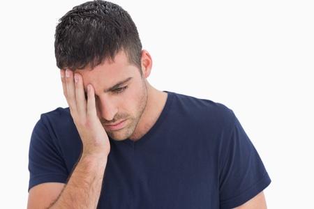 desolaci�n: Infeliz con la cabeza en la mano sobre fondo blanco