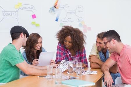 ホワイト ボードとオフィスでの会議でのコンタクト シート上に行く創造的なチーム