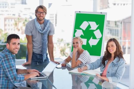 comité d entreprise: L'équipe ayant réunion sur le recyclage dans le bureau lumineux