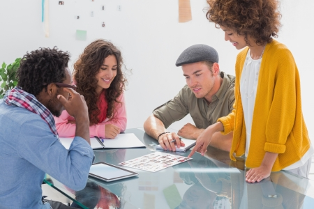 Team over foto contactblad op het bureau tijdens vergadering