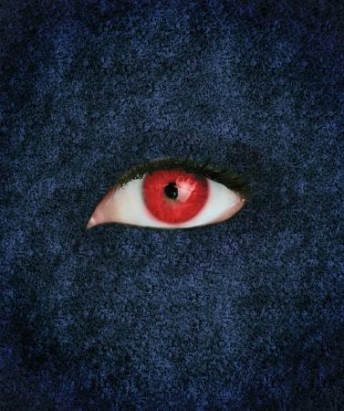oeil rouge: Yeux rouges avec des cils plus texture bleu Banque d'images