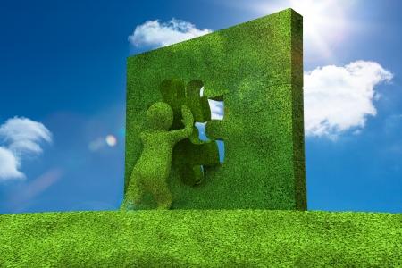 resolving: Piccolo personaggio risolvere un puzzle con il cielo in background Archivio Fotografico