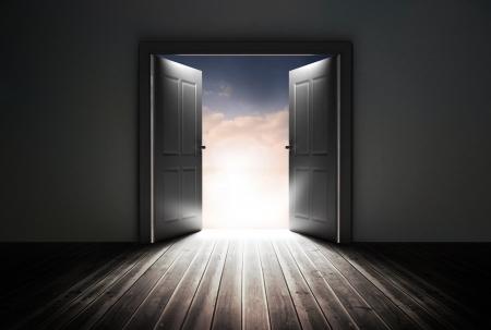 puerta abierta: Puertas que se abren para revelar el hermoso cielo gris en la habitaci�n oscura