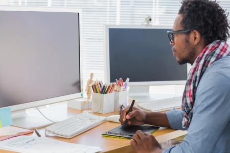 현대 사무실에서 그래픽 태블릿을 사용하는 그래픽 디자이너 스톡 콘텐츠