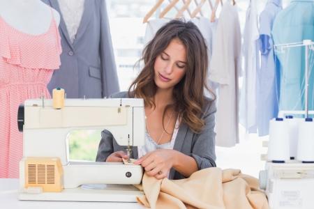maquina de coser: Costura del dise�ador de moda con la m�quina de coser Foto de archivo