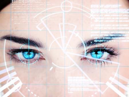 reconocimiento: Mujer de ojos azules con el interfaz de la computadora en la cara Foto de archivo