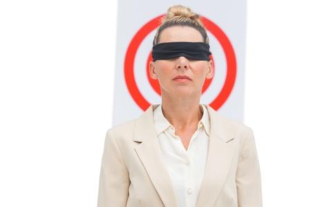 ojos vendados: Empresaria con los ojos vendados y el objetivo detr�s de ella