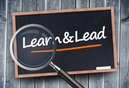Leer en lood geschreven op een schoolbord met vergrootglas