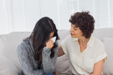 mujer llorando: Paciente llorando junto a su terapeuta, mientras ella está consolando