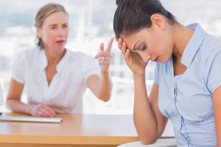 jefe enojado: Empresaria discutiendo con un colega preocupado Foto de archivo