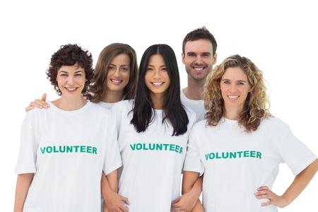 altruismo: Grupo de personas vestidas con la camiseta de voluntarios en el fondo blanco