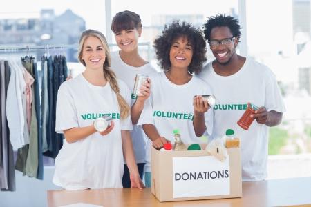 altruismo: Los voluntarios toman la comida de una caja de donaci�n en su oficina