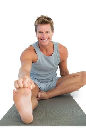 man working out: Hombre alegre trabajando en el suelo en el fondo blanco