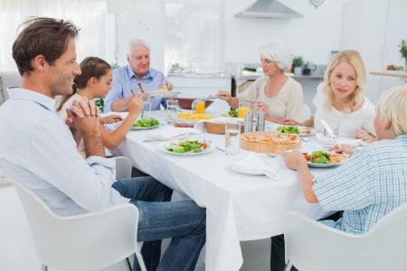 부엌에서 저녁 식사 테이블에서 확대 가족