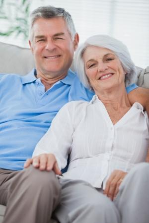 parejas felices: Pareja joven relajante en un sofá
