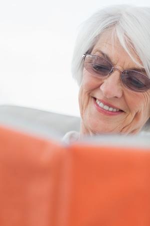 mujer leyendo libro: Mujer madura que lee un libro