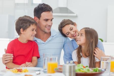 Leuke familie tijdens het diner aan tafel thuis