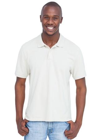 Lachende man met duimen in zak op een witte achtergrond