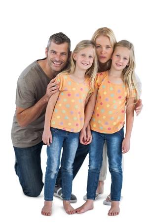 soeur jumelle: Famille heureuse posant pour la cam�ra sur un fond blanc Banque d'images