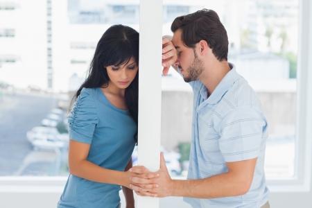 desolaci�n: Pareja Dividido est�n separadas por una pared blanca, pero de la mano