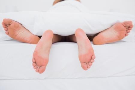 sexo pareja joven: Vista trasera de una pareja teniendo sexo en la cama Foto de archivo