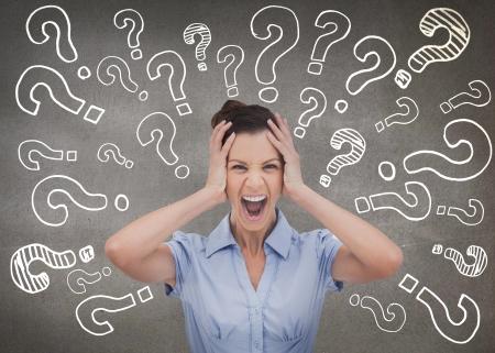 confus: Femme d'affaires �l�gante crier et tenant sa t�te