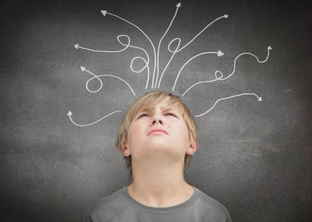 bambini pensierosi: Bambino riflessivo su sfondo grigio Archivio Fotografico