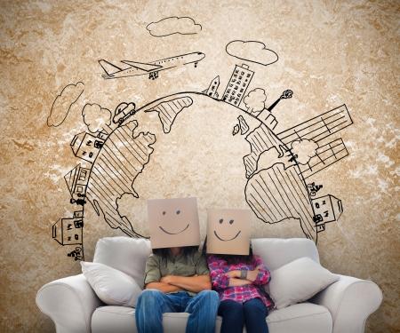 Lustige Mitarbeiter mit Kisten auf ihren K�pfen mit Skizzen an der Wand