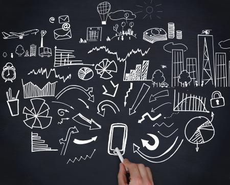 Hand houden van een krijt tekening en grafieken en pijlen op zwarte achtergrond Stockfoto