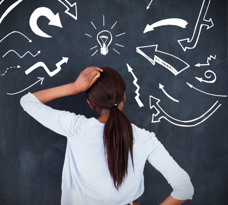 persona confundida: Vista trasera de una mujer que tiene una idea y poniendo su mano sobre la cabeza Foto de archivo
