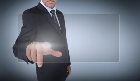 dedo: Empresario seleccionar una pantalla transparente sobre fondo gris Foto de archivo